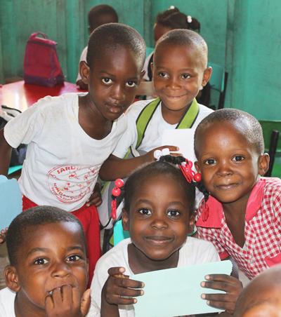 Niños y niñas en la escuela primaria en Haití