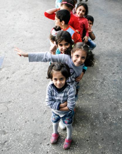 Niños y niñas juegan en el patio del centro Frans Van der Lug, JRS - Líbano