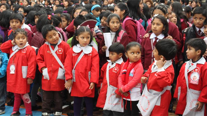 Alumnos y alumnas del colegio Copacabana de Fe y Alegría Bolivia