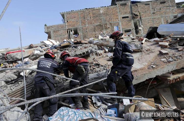 Bomberos de la unidad de rescate de Ecuador remueven los escombros en busca de supervivientes
