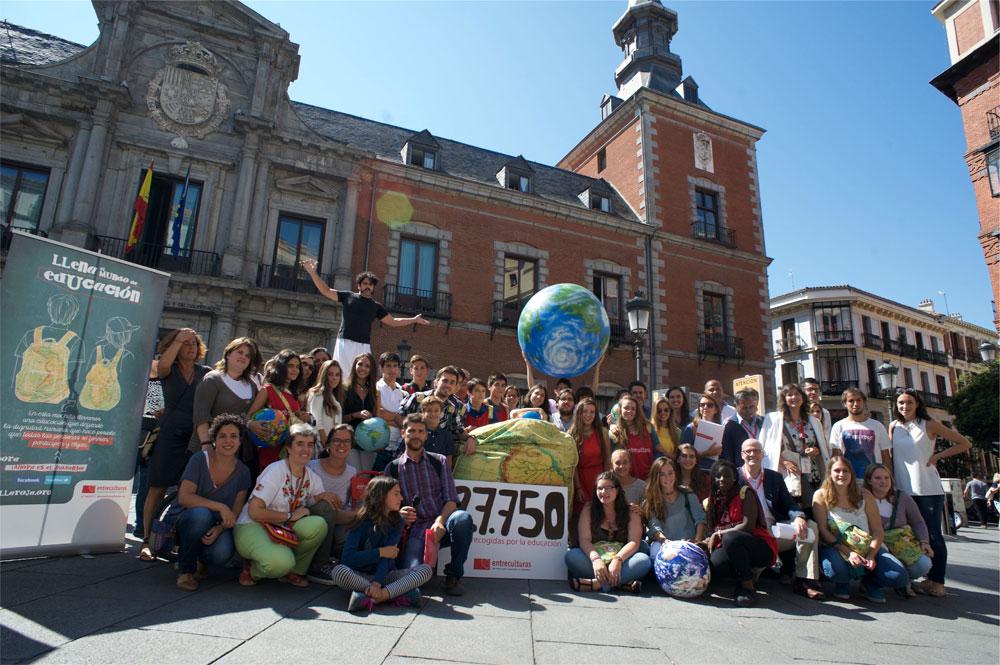 Foto de familia frente al Ministerio de Asuntos Exteriores de Madrid