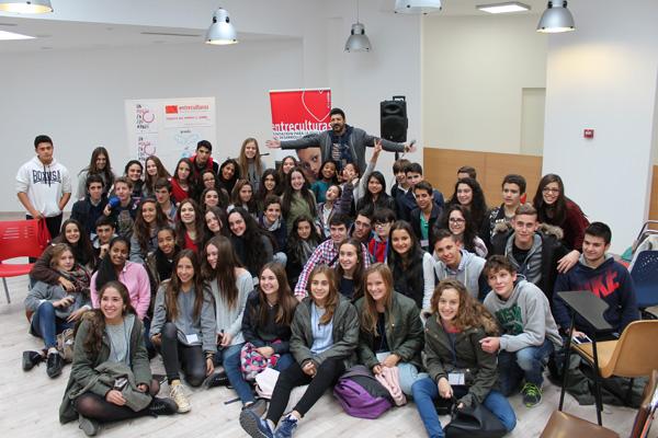 Tony Aguilar, de la cadena 40 Principales, con los chicos y chicas de la Red Solidaria de Jóvenes