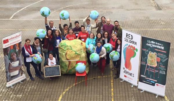 Foto de grupo tras la asamblea de inicio de curso de la Red Solidaria de Jóvenes de Extremadura