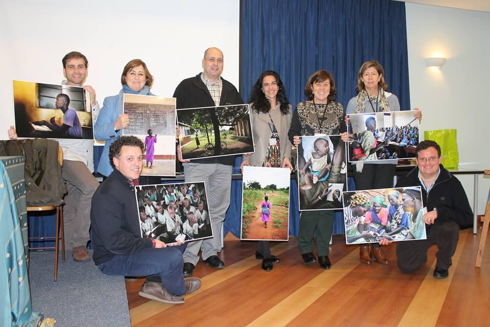 Miembros de la delegación de Entreculturas en Asturias con las fotos de Sergi Cámara