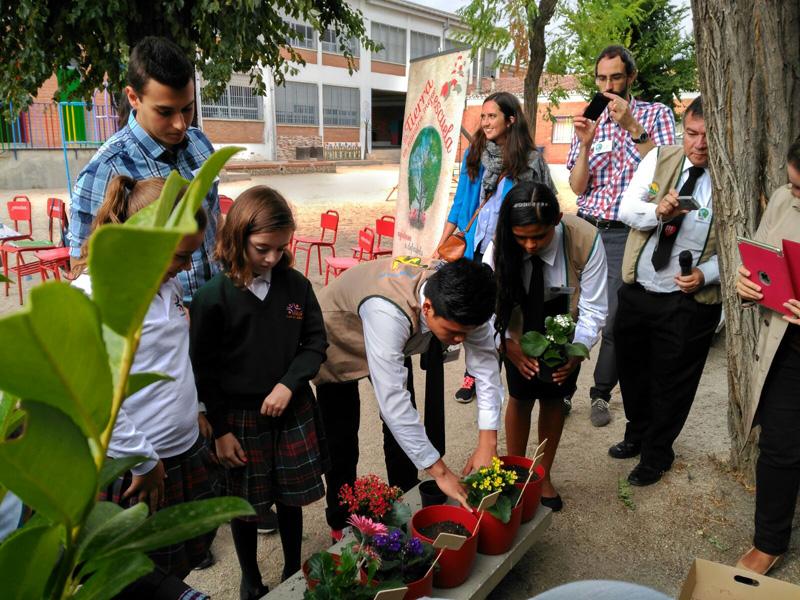 """Alumnos y alumnas plantan flores en el acto de presentación de la campaña """"La Tierra es nuestra mejor Escuela"""""""