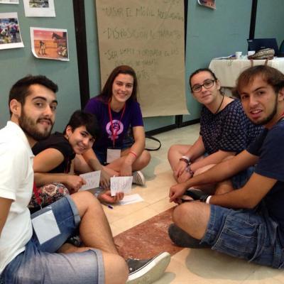 Los jóvenes españoles trabajando en grupo